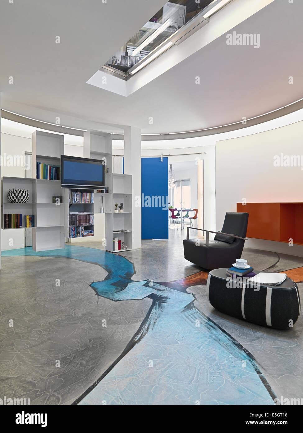 Vista interna di un soggiorno moderno con pavimento in ...