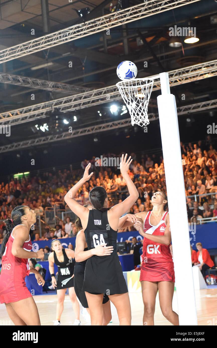 Glasgow, Scotland, Regno Unito. 2 agosto, 2014. Nuova Zelanda Maria Tutaia segna il punto finale di battere in Inghilterra Immagini Stock