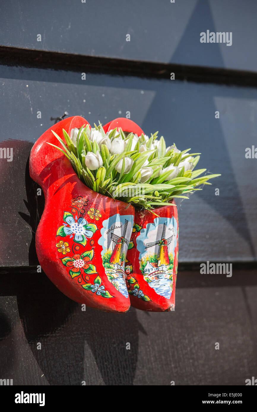 Paesi Bassi, Marken, Tulipani in zoccoli di legno come decorazione Immagini Stock