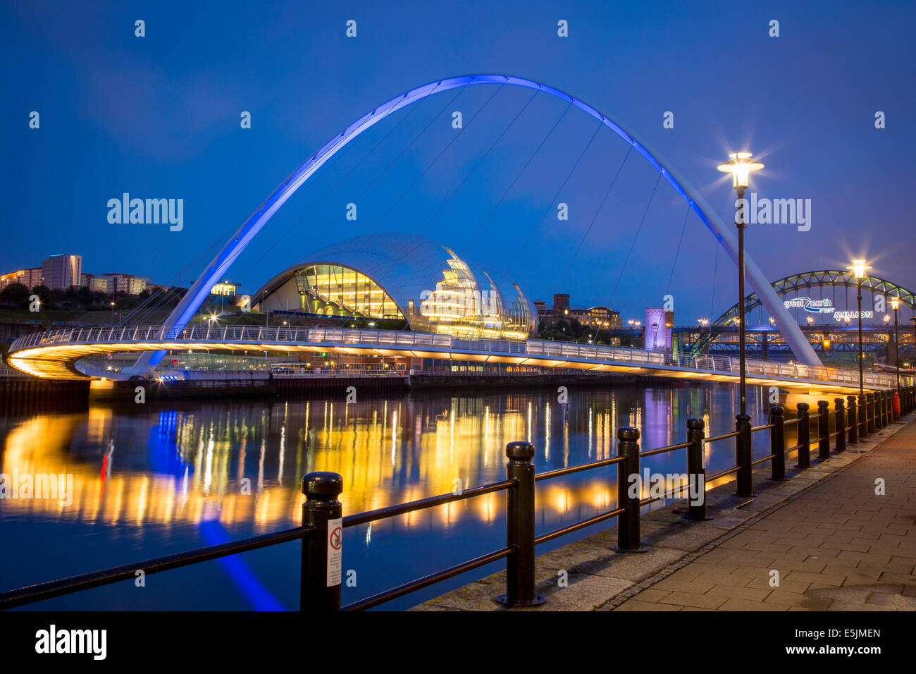 Il Gateshead Millennium Bridge e la Salvia riflessa nel fiume Tyne, Newcastle-Upon-Tyne, Tyne and Wear, Inghilterra Foto Stock