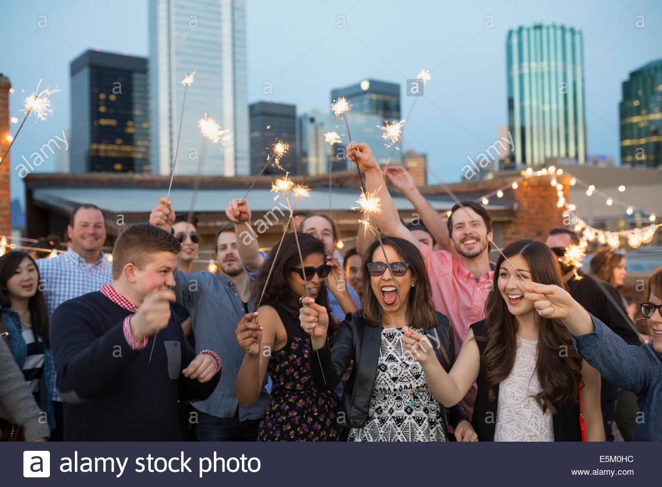 Amici con botti godendo urbano party sul tetto Immagini Stock