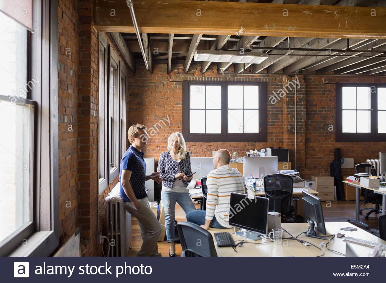 La gente di affari di parlare in ufficio Immagini Stock