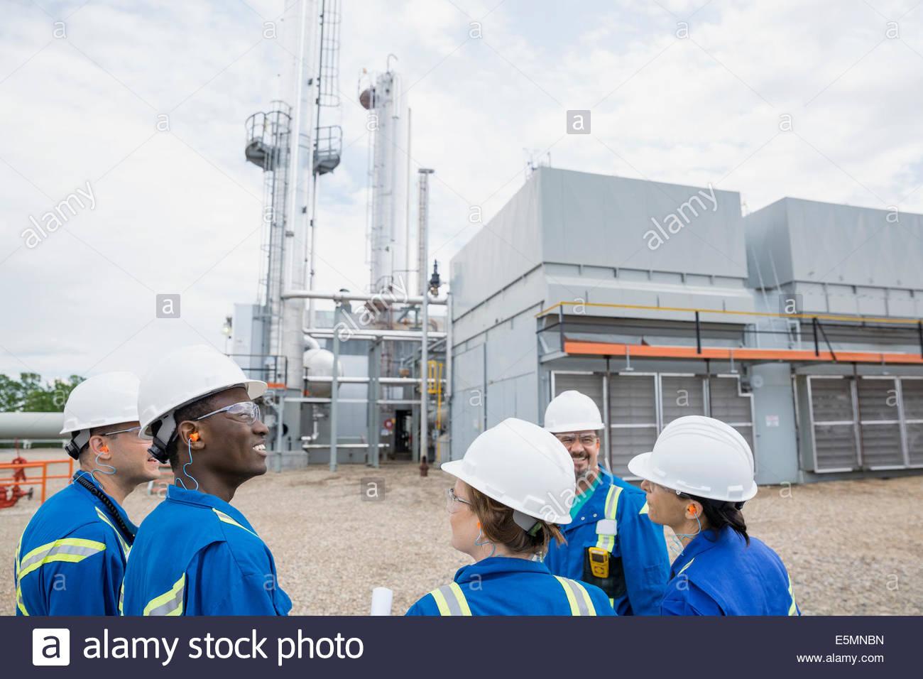 Riunione dei lavoratori al di fuori dell'impianto di gas Immagini Stock