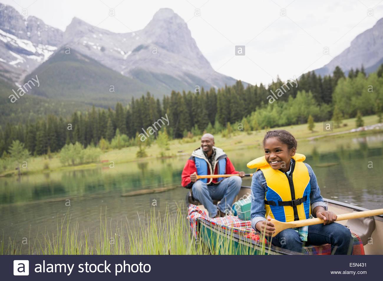 Padre e figlia canottaggio nel lago Immagini Stock