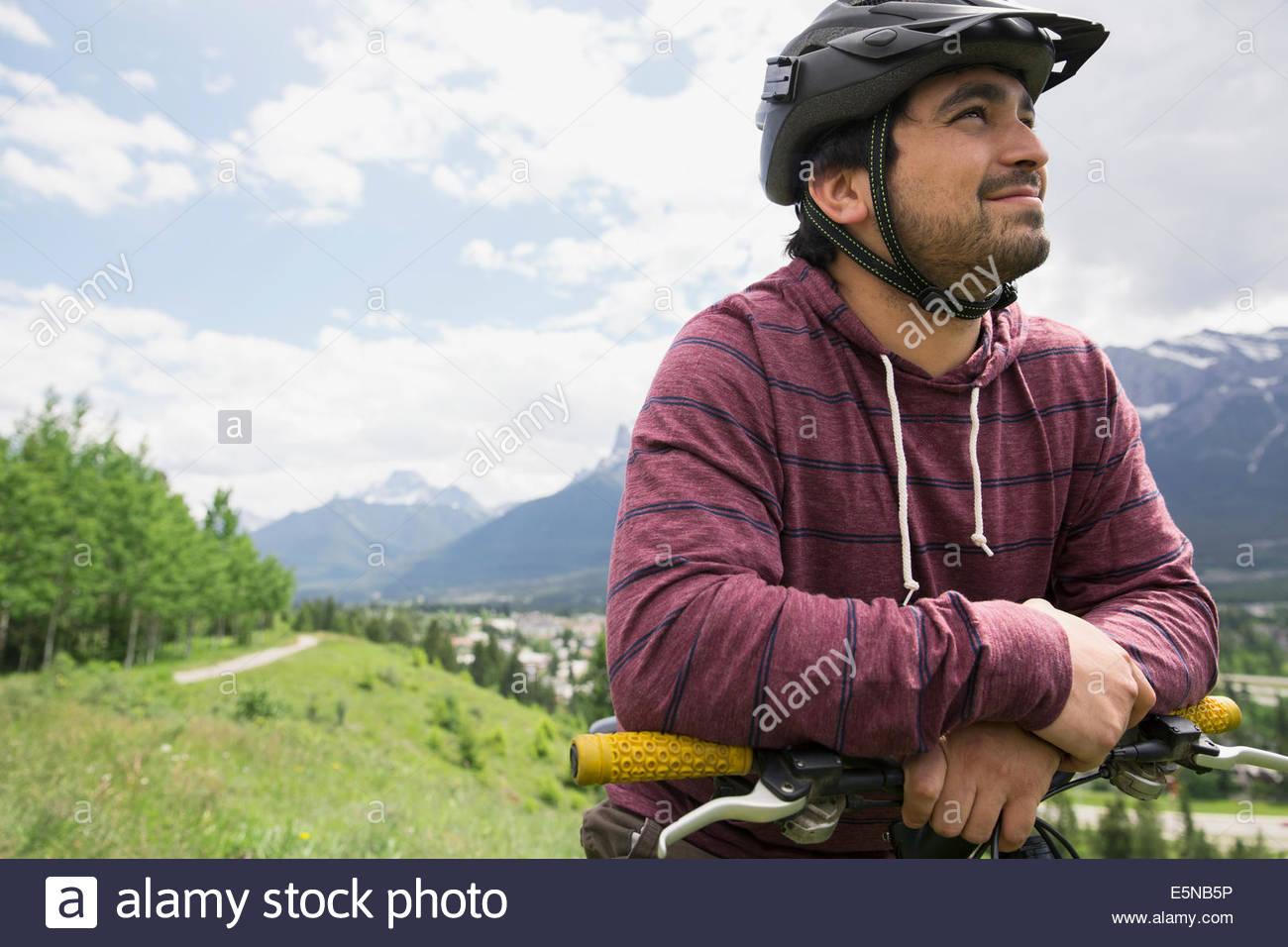 Uomo in mountain bike nel campo Immagini Stock