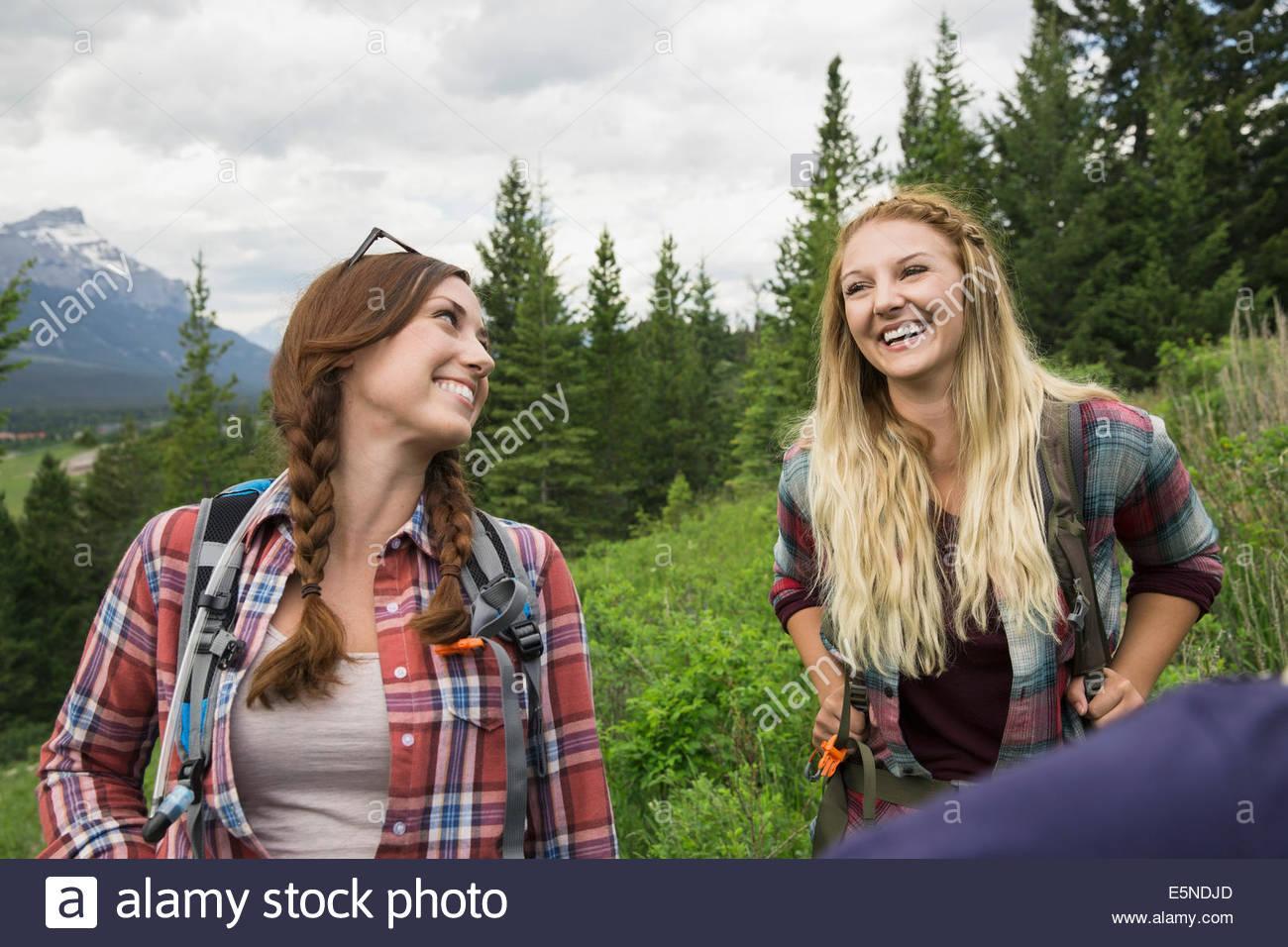 Amici escursioni montagna vicina Immagini Stock