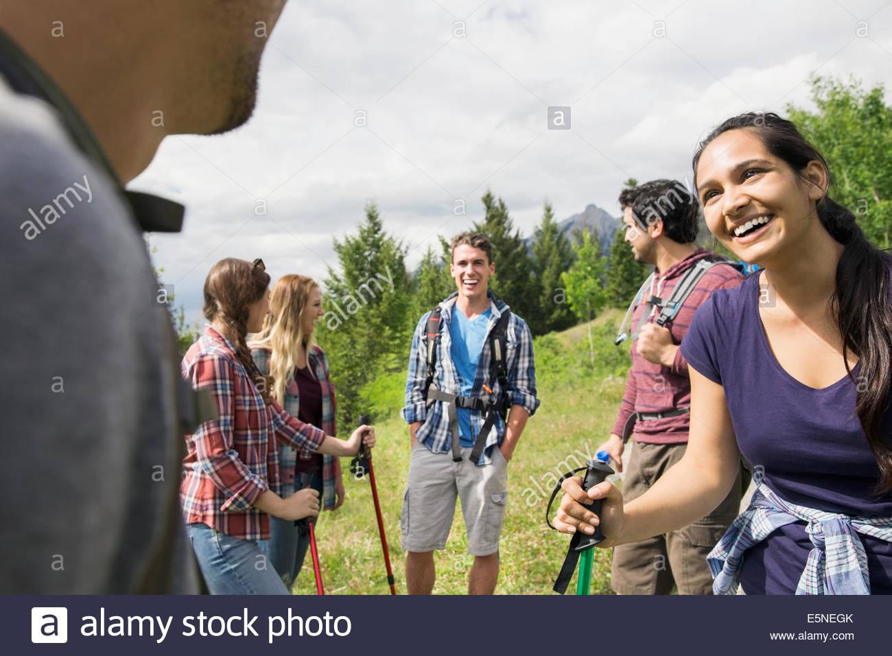 Amici escursionismo Immagini Stock