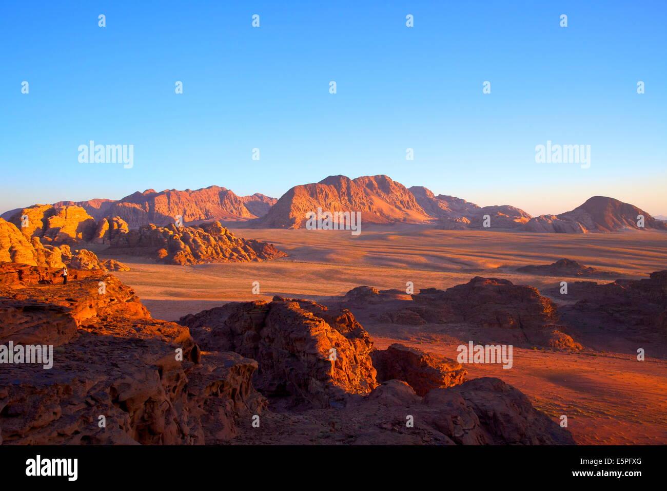 Turistico a Wadi Rum, Giordania, Medio Oriente Immagini Stock