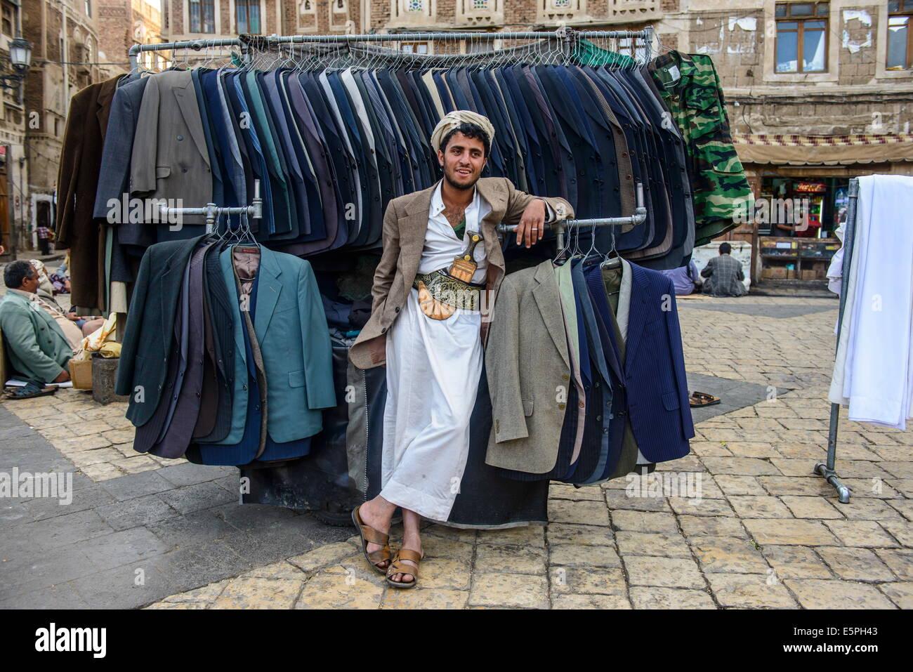 Uomo che vendono vestiti nella Città Vecchia 2d16d99cac5
