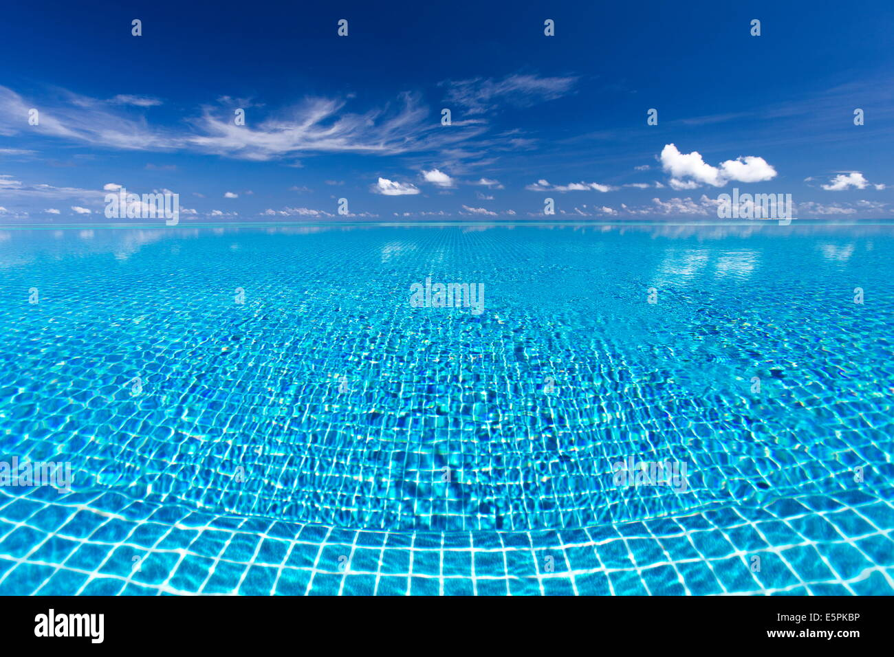 Piscina Infinity, Maldive, Oceano Indiano, Asia Immagini Stock