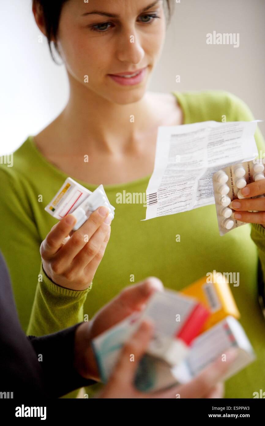 Medicina leggere il foglio di istruzioni. Immagini Stock