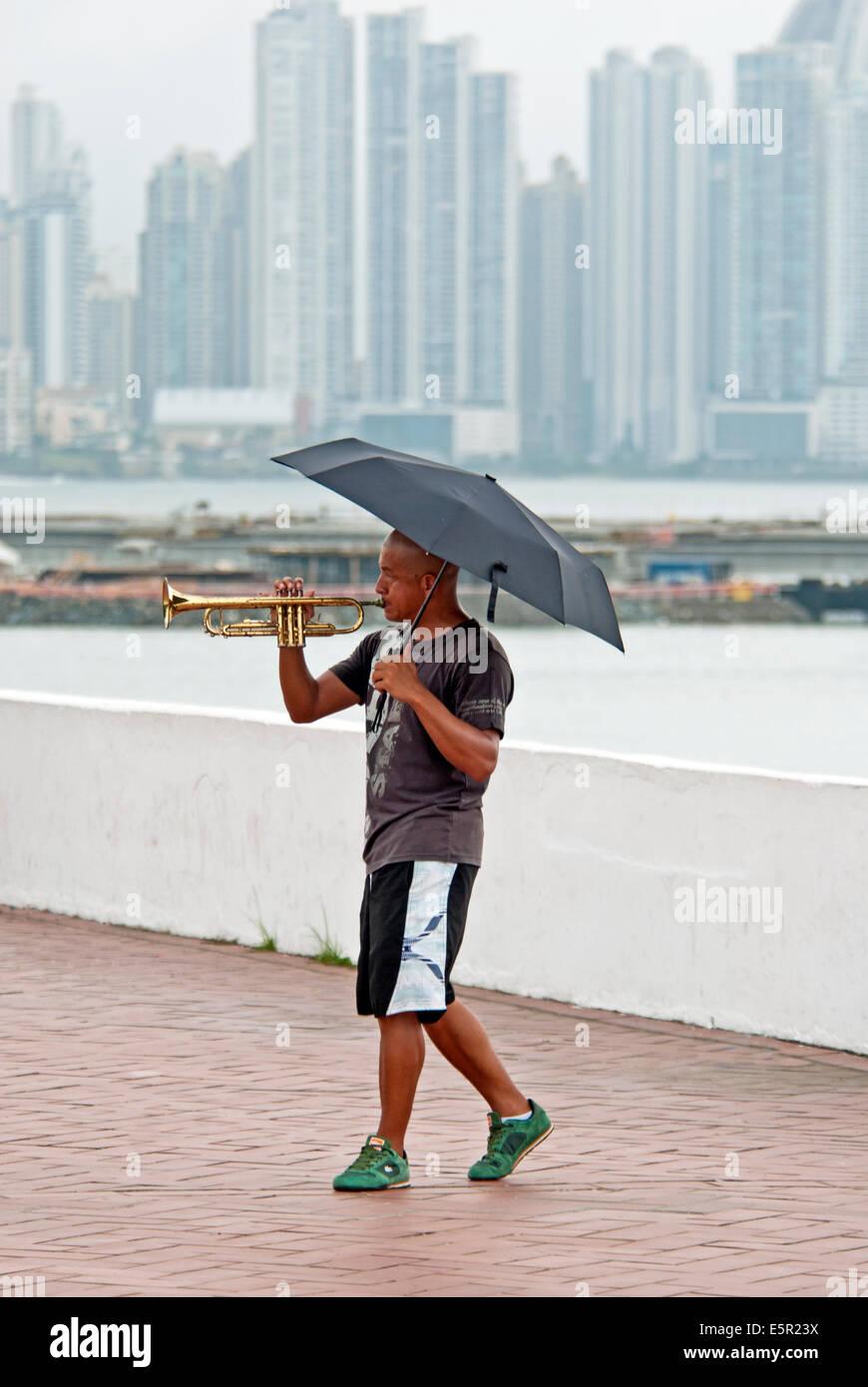 Musicista di strada divertente passanti in Casco Viejo area della Città di Panama Immagini Stock