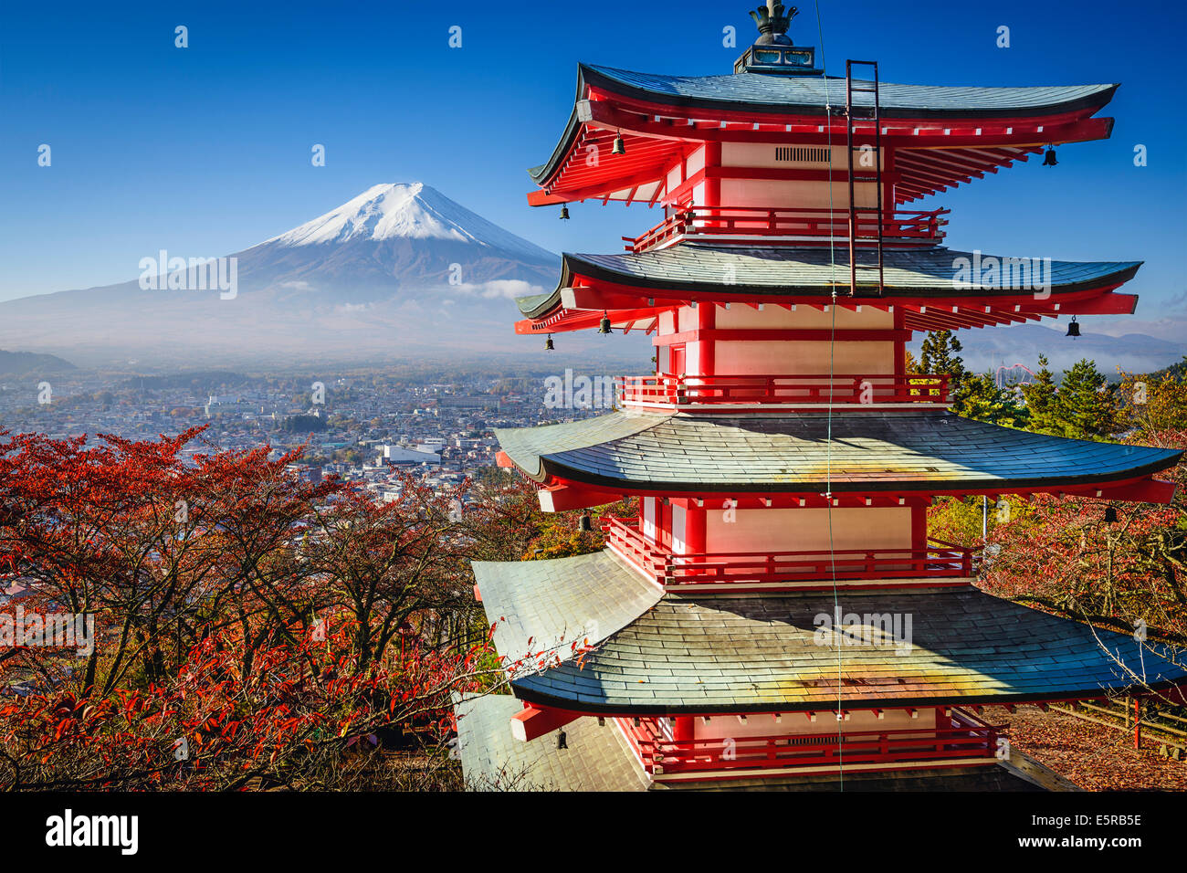 Mt. Fuji e Pagoda durante la stagione autunnale in Giappone. Immagini Stock