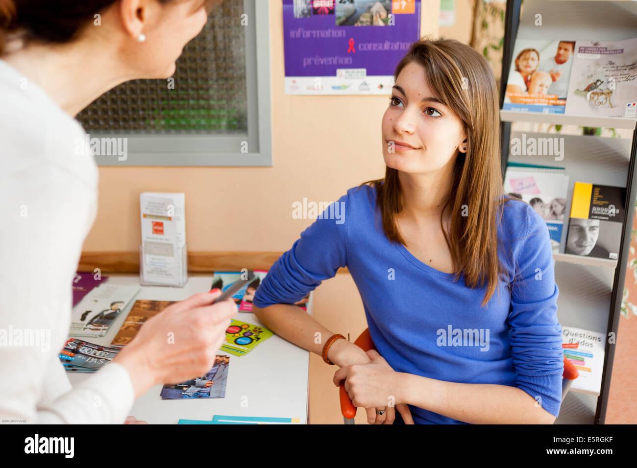 Adolescente dans un centre de la pianificazione familiare, ragazza adolescente presso una famiglia centro di pianificazione. Immagini Stock