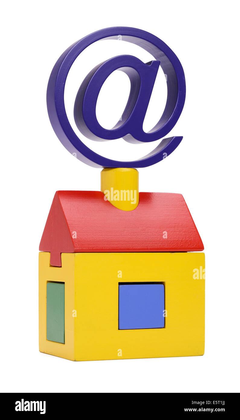 Un giocattolo casa in legno con un simbolo di posta sulla parte superiore Immagini Stock