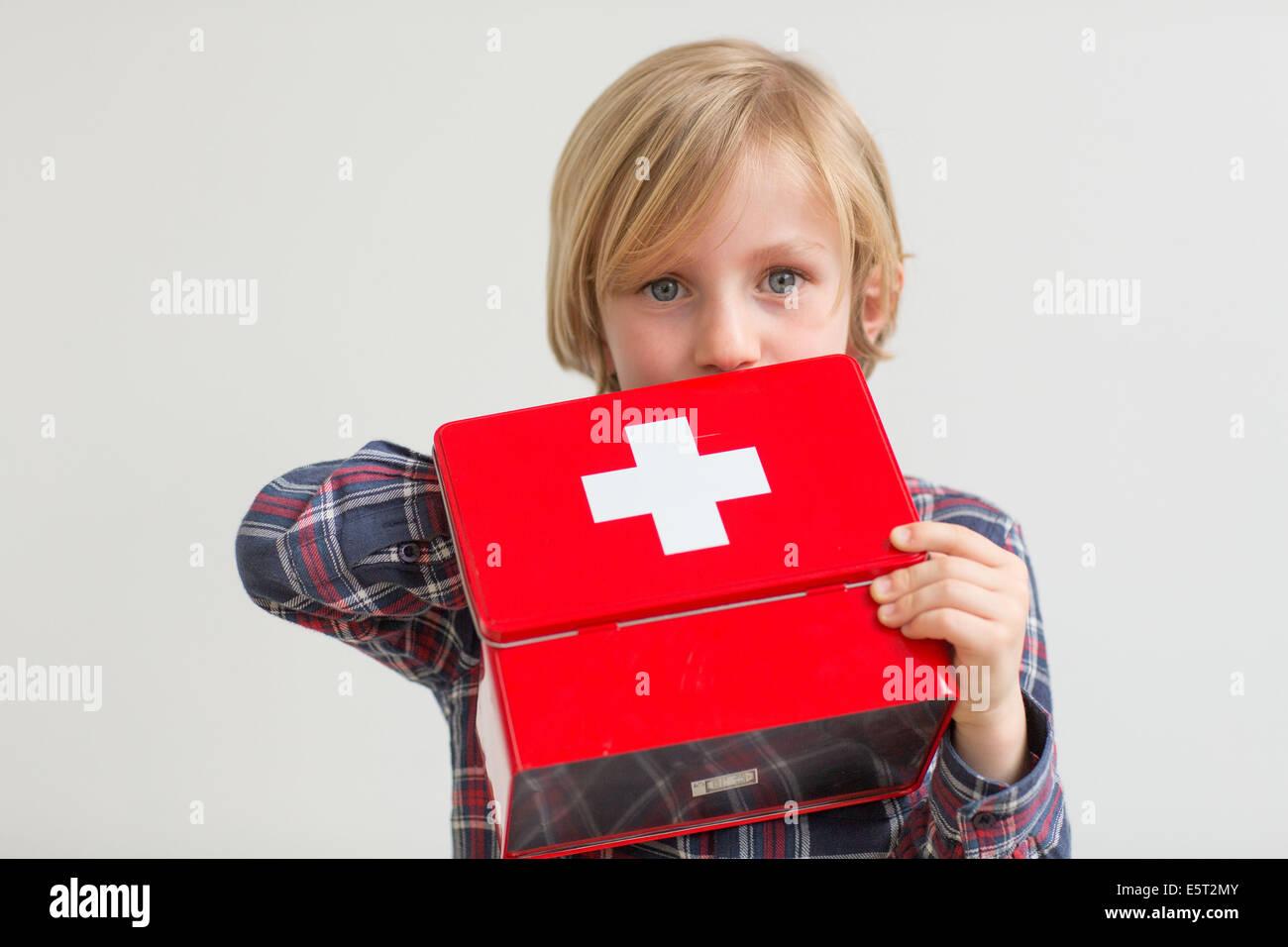 7 anno vecchio ragazzo giocando con farmaci : Pericolo di avvelenamento. Immagini Stock