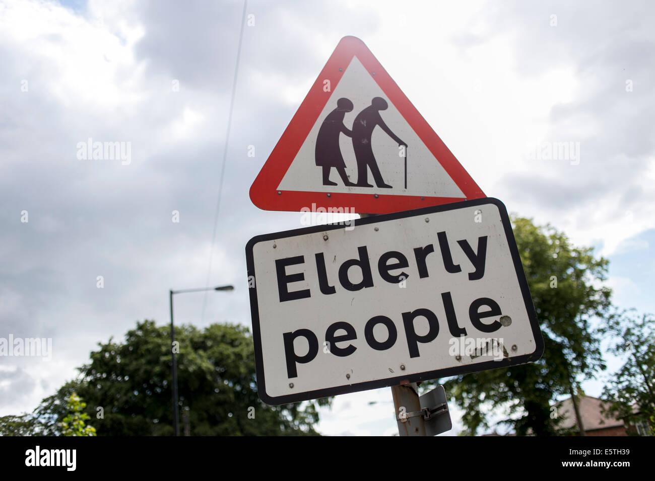 Gli anziani il traffico stradale segno Immagini Stock