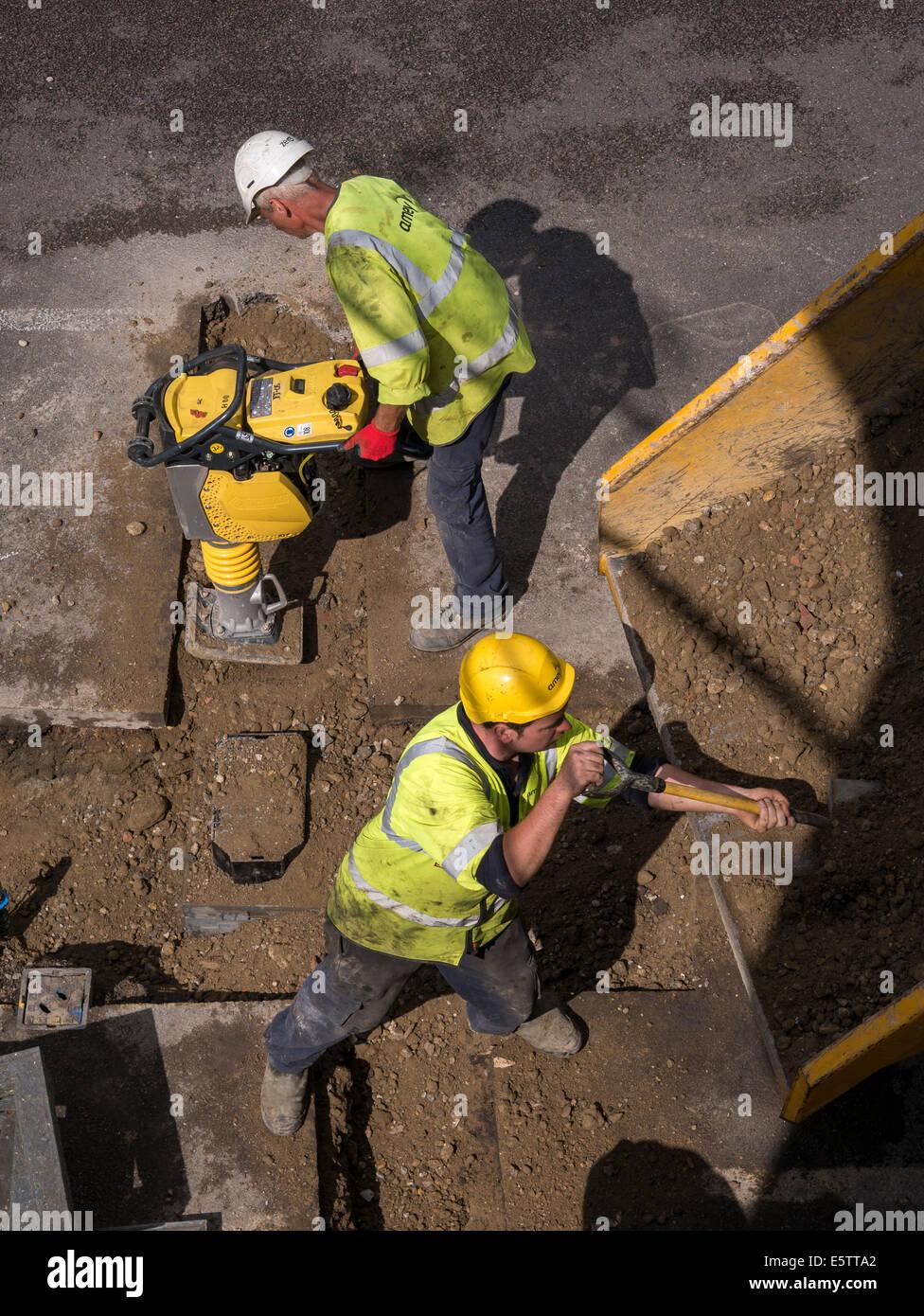 Regno Unito lavori di riparazione e di sostituzione di acqua sotterranea di tubazioni di alimentazione dai contraenti Immagini Stock