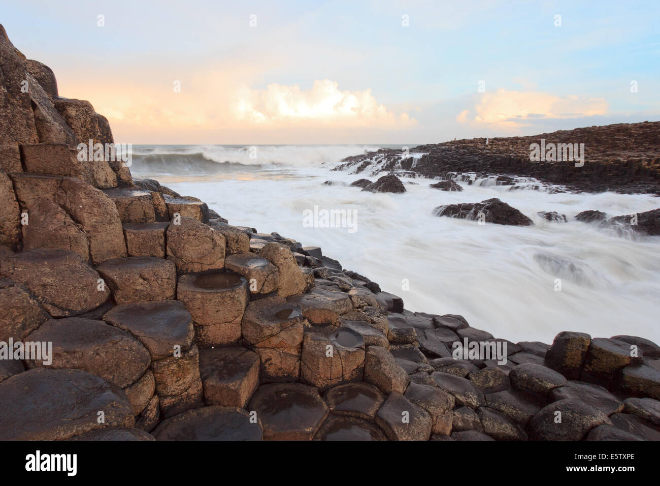 Sunrise al Giants Causeway,l'Irlanda del Nord Immagini Stock