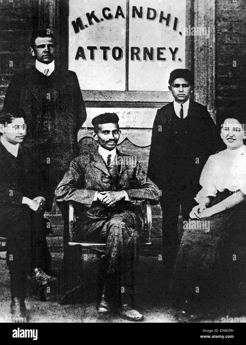 Il Mahatma Gandhi (1869-1948) Indiano leader nazionalista qui circa 1905 presso il suo ufficio di Johannesburg Immagini Stock