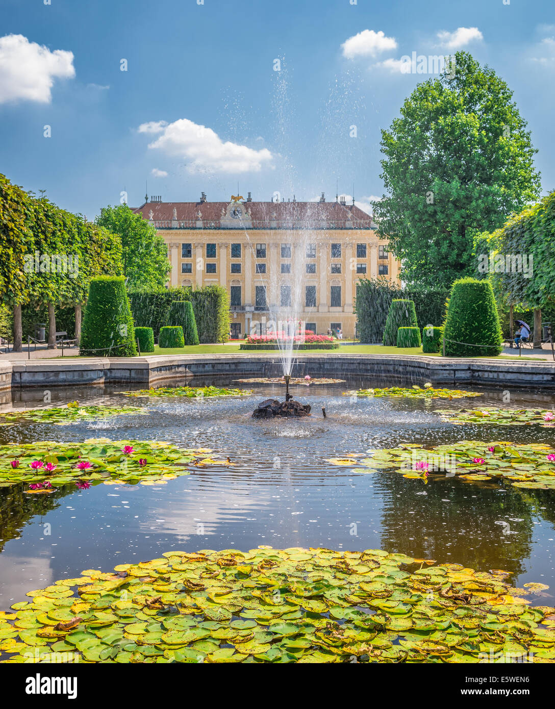 Fontana nel parco dietro il castello di Schonbrunn a Vienna Immagini Stock