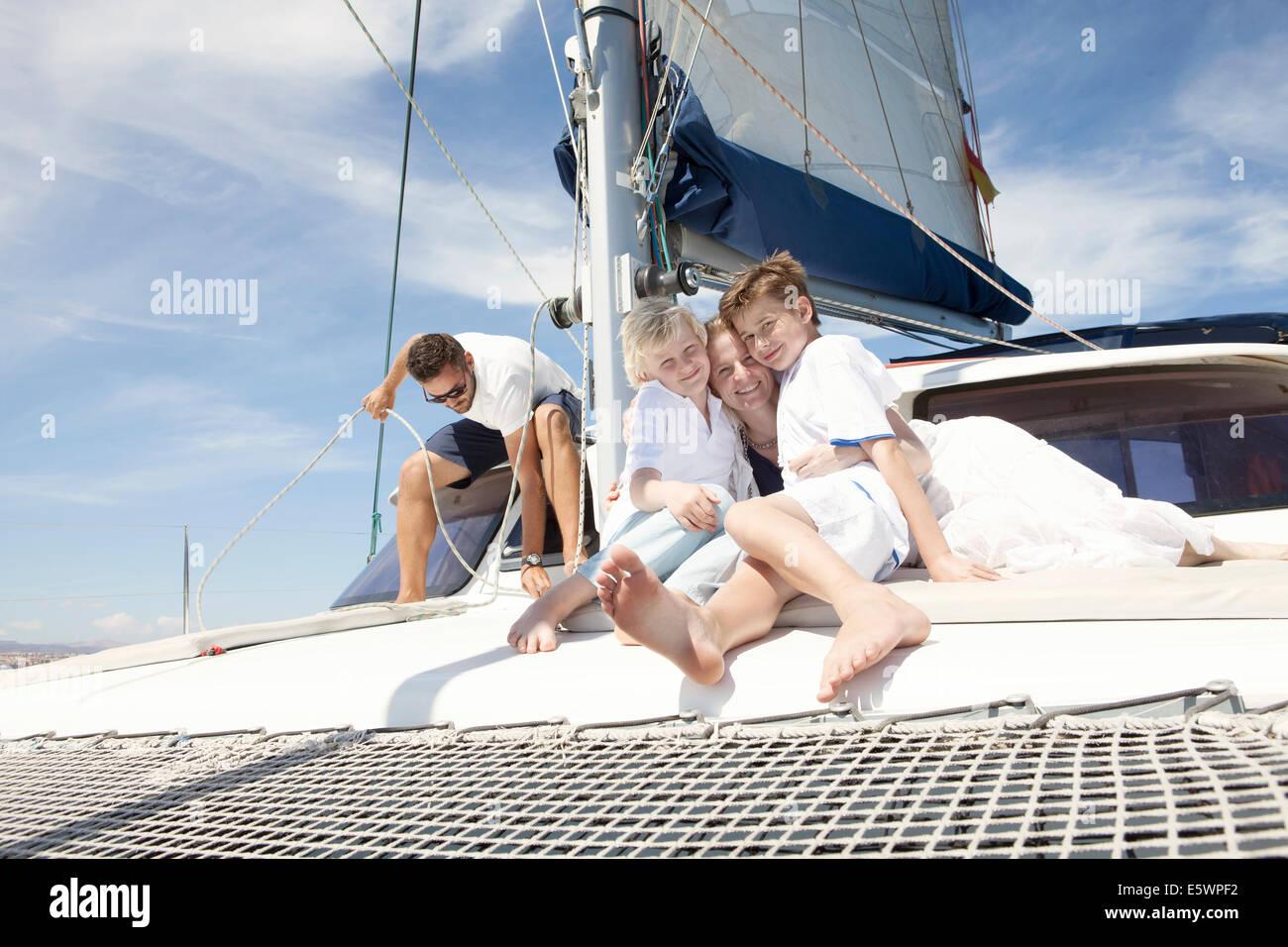 I genitori e i due figli sul catamarano vicino a Fuerteventura, Spagna Foto Stock