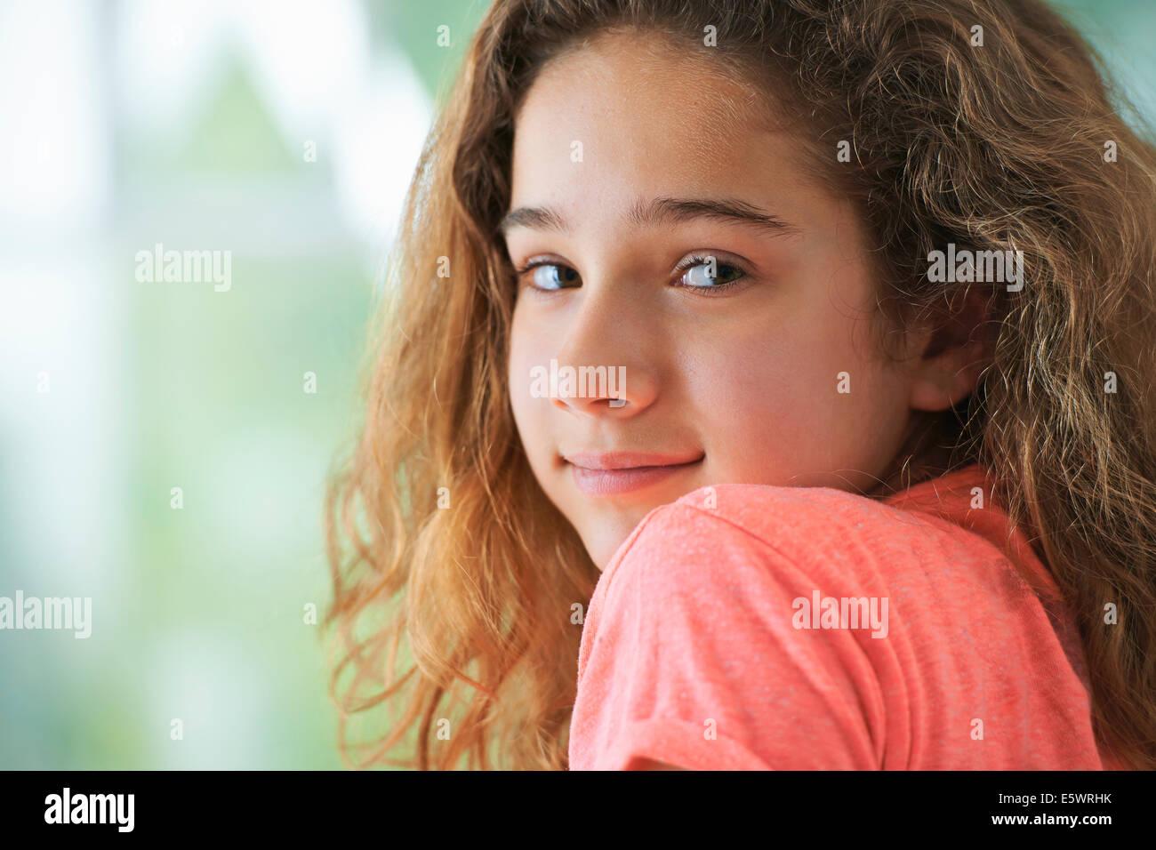 Ragazza giovane con capelli castani ,sorridente, ritratto Immagini Stock