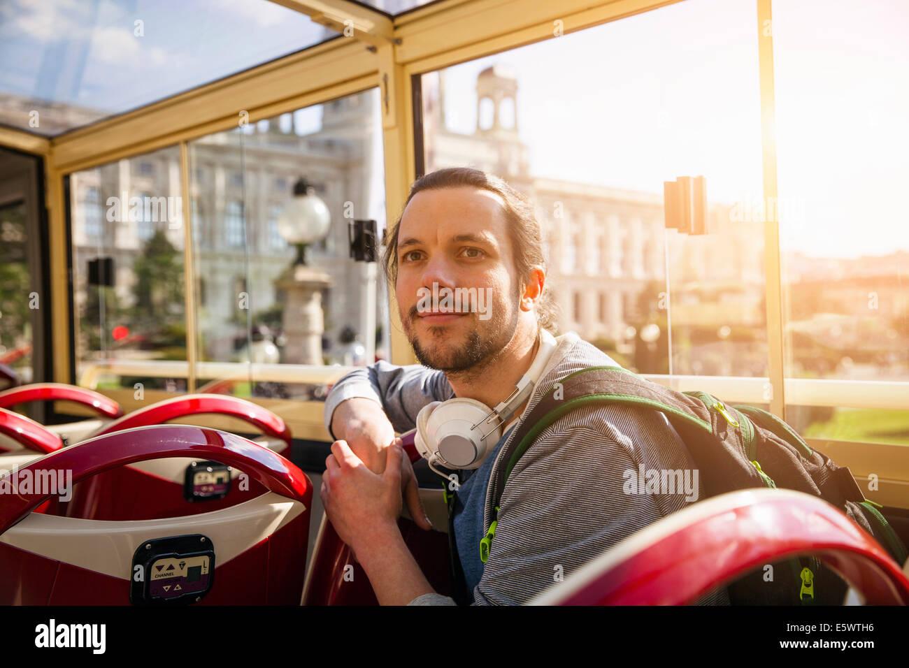 Giovane uomo adulto sul bus Immagini Stock