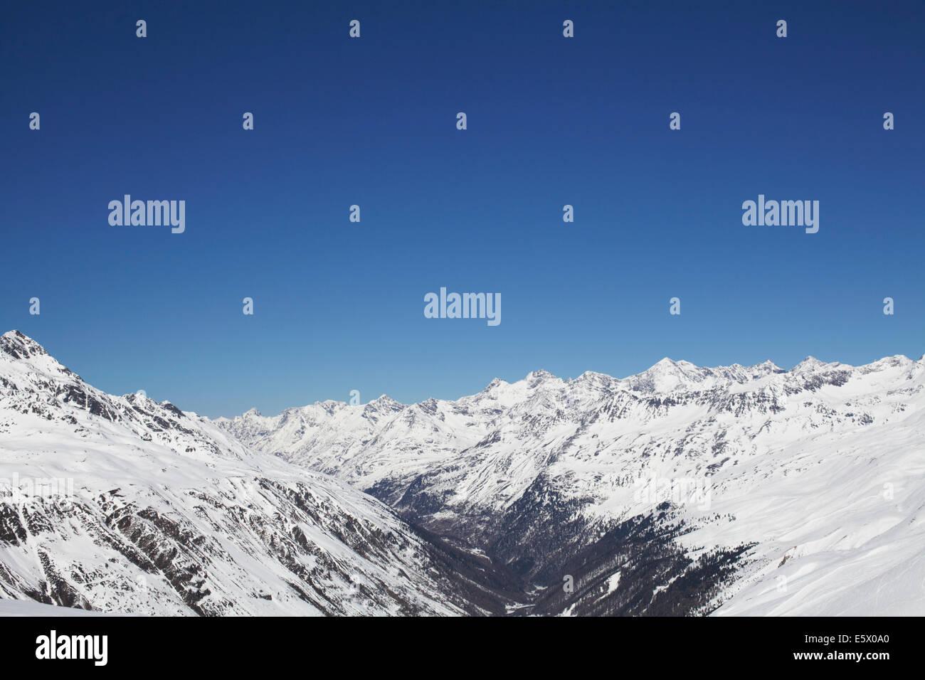 Vista della coperta di neve mountain range, Austria Immagini Stock
