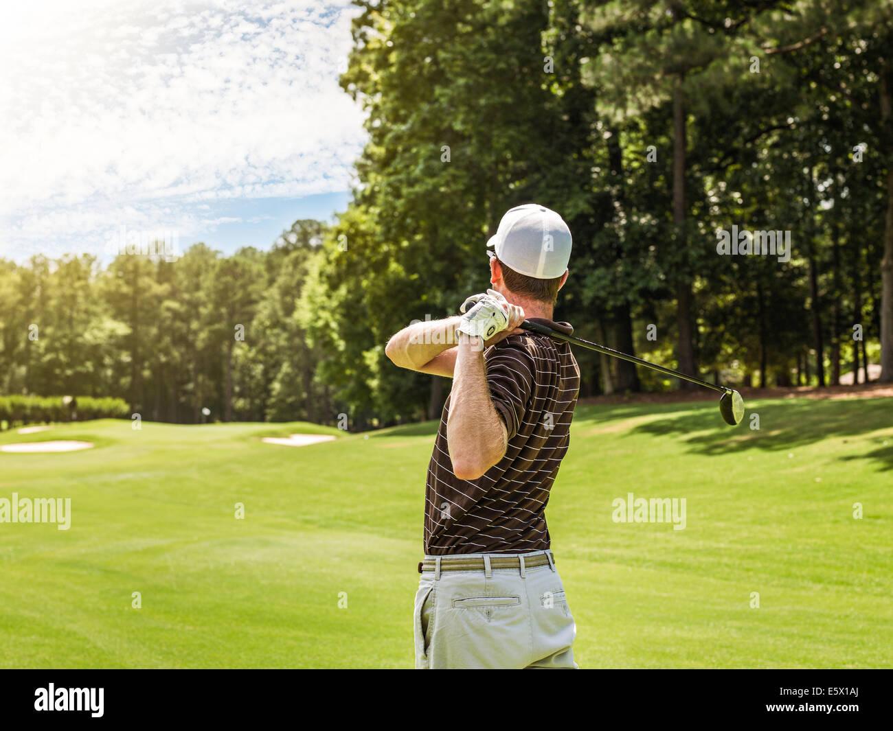 Cintura posteriore vista del giovane maschio di rinvio golfista off sul campo da golf, Apex, North Carolina, STATI Foto Stock