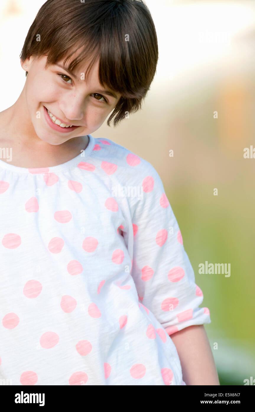 Ritagliato ritratto di timida ragazza di 10 anni Immagini Stock