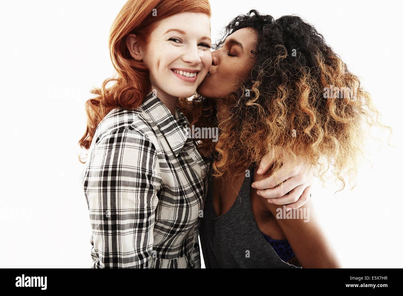 Ritratto in studio di due giovani donne adulte amici Immagini Stock