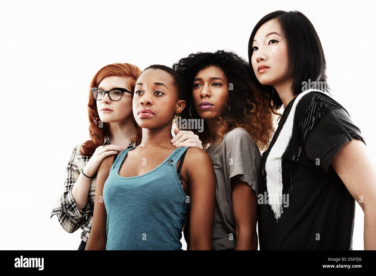 Ritratto in studio di quattro gravi giovani donne Foto Stock