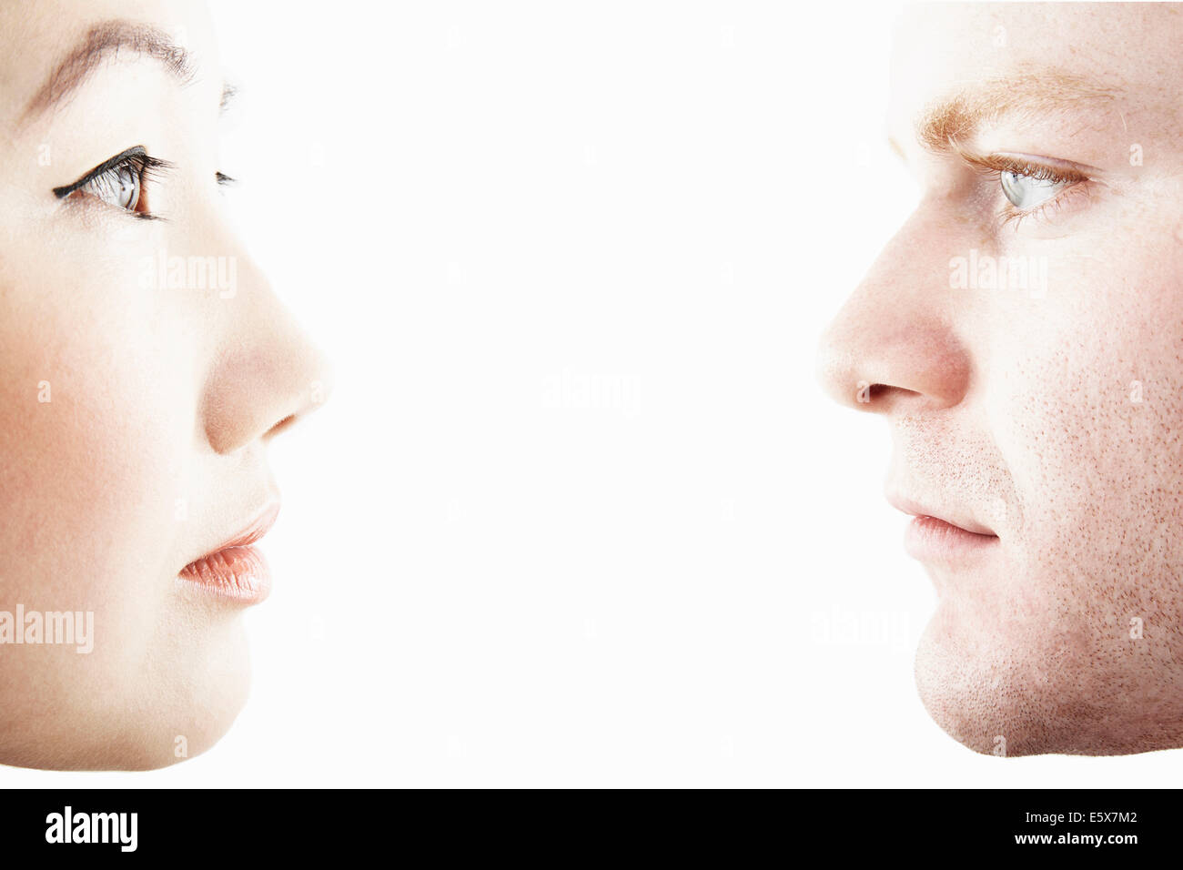Close up ritratto in studio di coppia giovane faccia a faccia nel profilo Immagini Stock