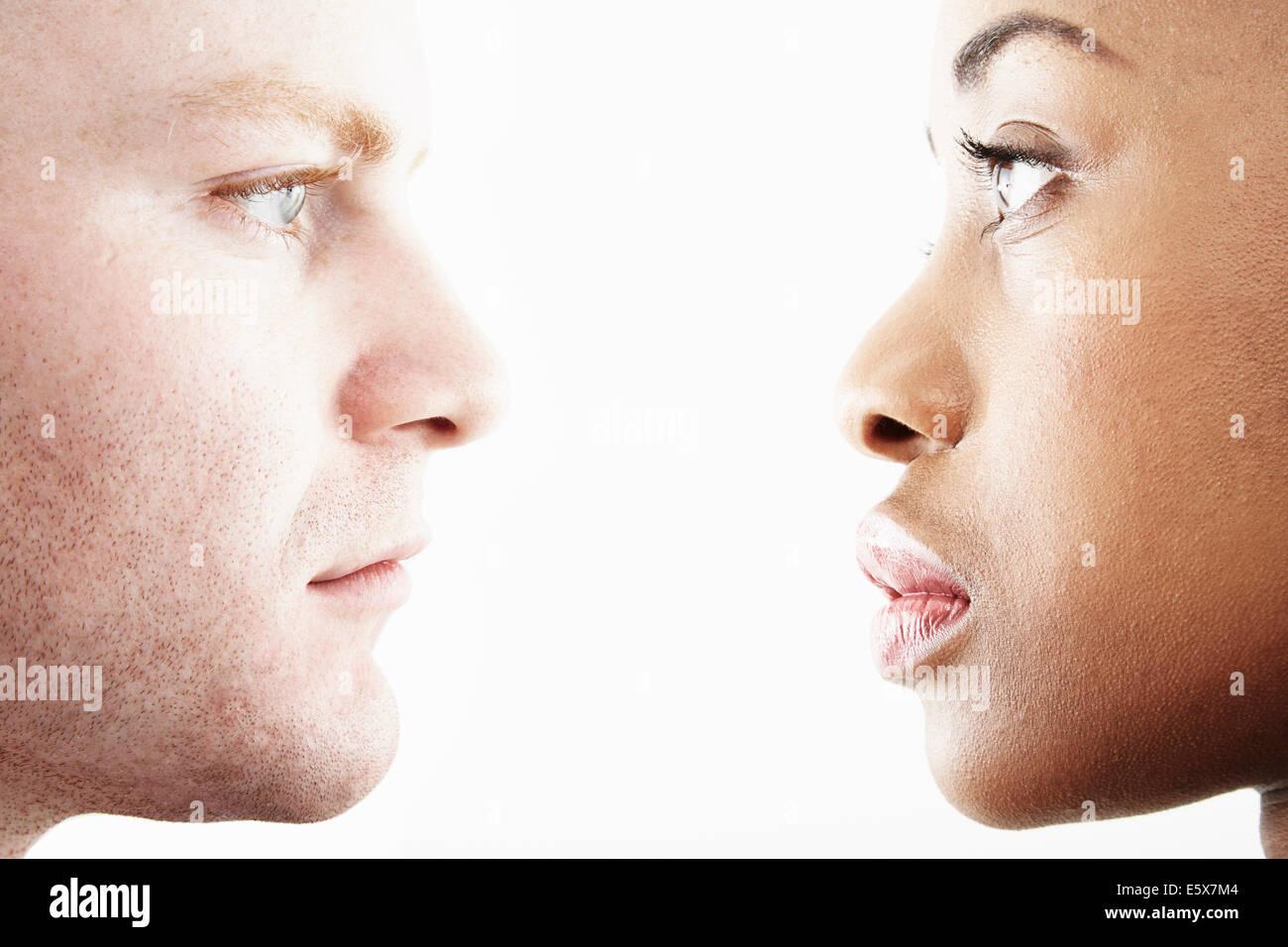 Studio ritagliata ritratto della coppia giovane faccia a faccia nel profilo Immagini Stock