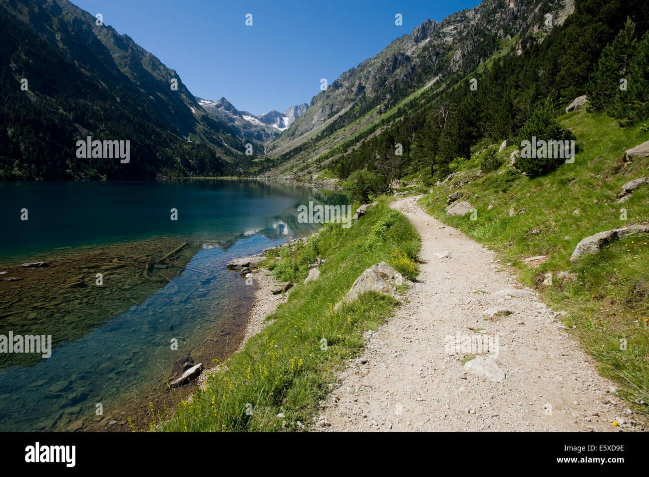 Il sentiero accanto al lago, Lac de Gabe, nella valle del Gave de Gaube, Cauterets, Francia. Immagini Stock