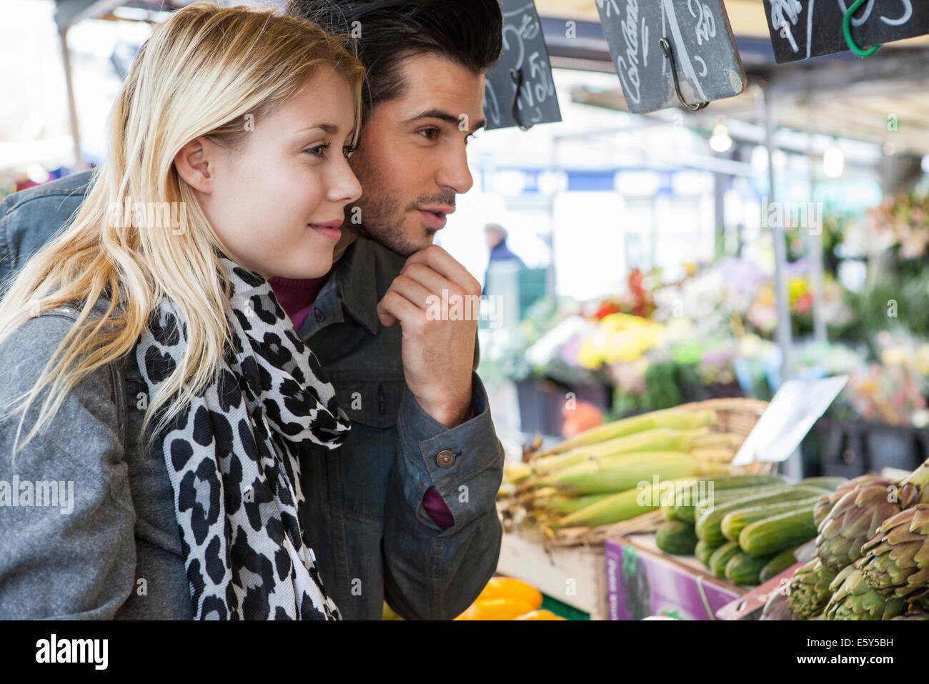 Coppia giovane a ortolano di shopping per la frutta e la verdura fresca Immagini Stock