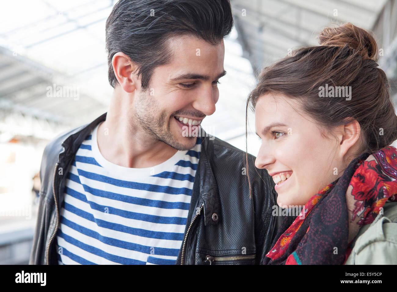 Coppia giovane insieme sulla piattaforma del treno Immagini Stock