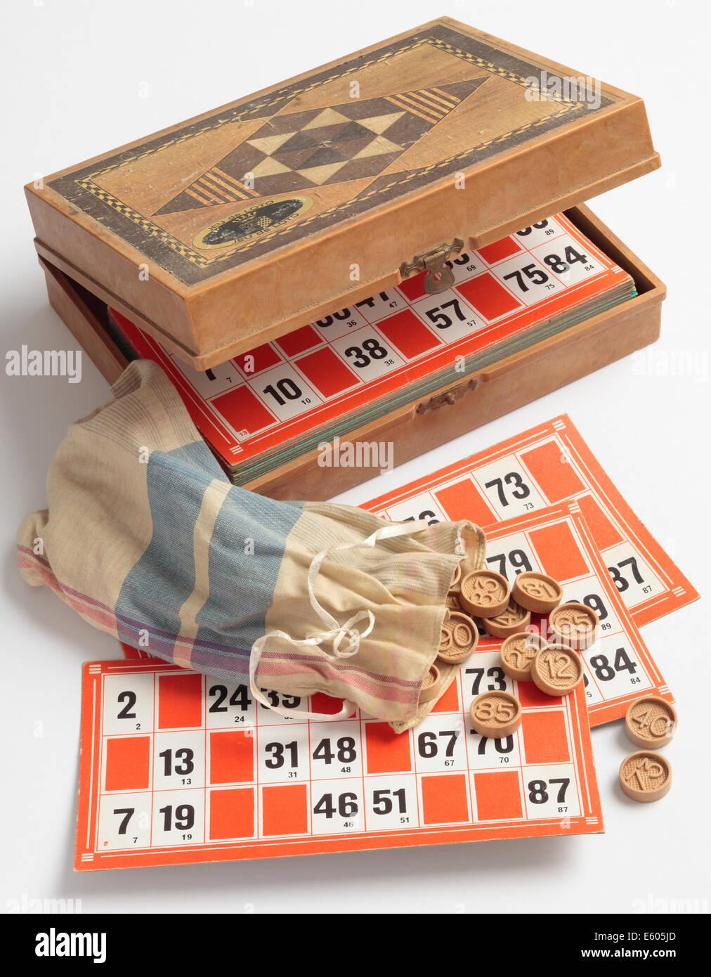 Lotto o il Bingo gioco di bordo. Un vintage esempio francese di questo gioco di bordo in una scatola. Immagini Stock