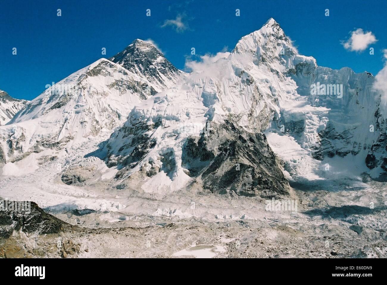 Il monte Everest, i mondi più alto picco a 8885 mslm, come si vede dalla Valle del Khumbu, himalaya nepalese Immagini Stock