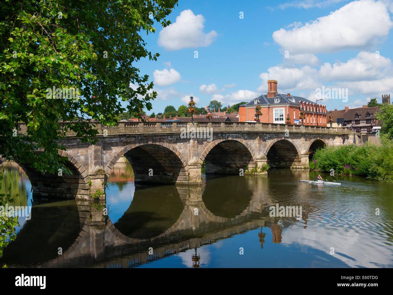 Un vogatore sul fiume Severn accanto al teatro Severn a Shrewsbury, Shropshire, Inghilterra Immagini Stock