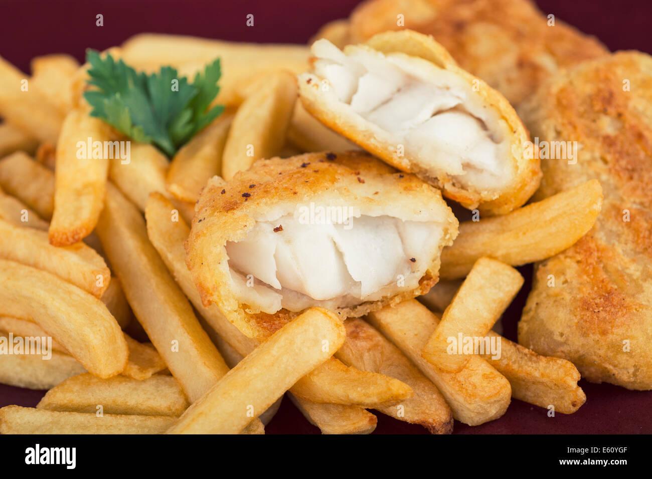 Pesce e Patatine, martoriata Filetto di pesce con patate fritte Immagini Stock