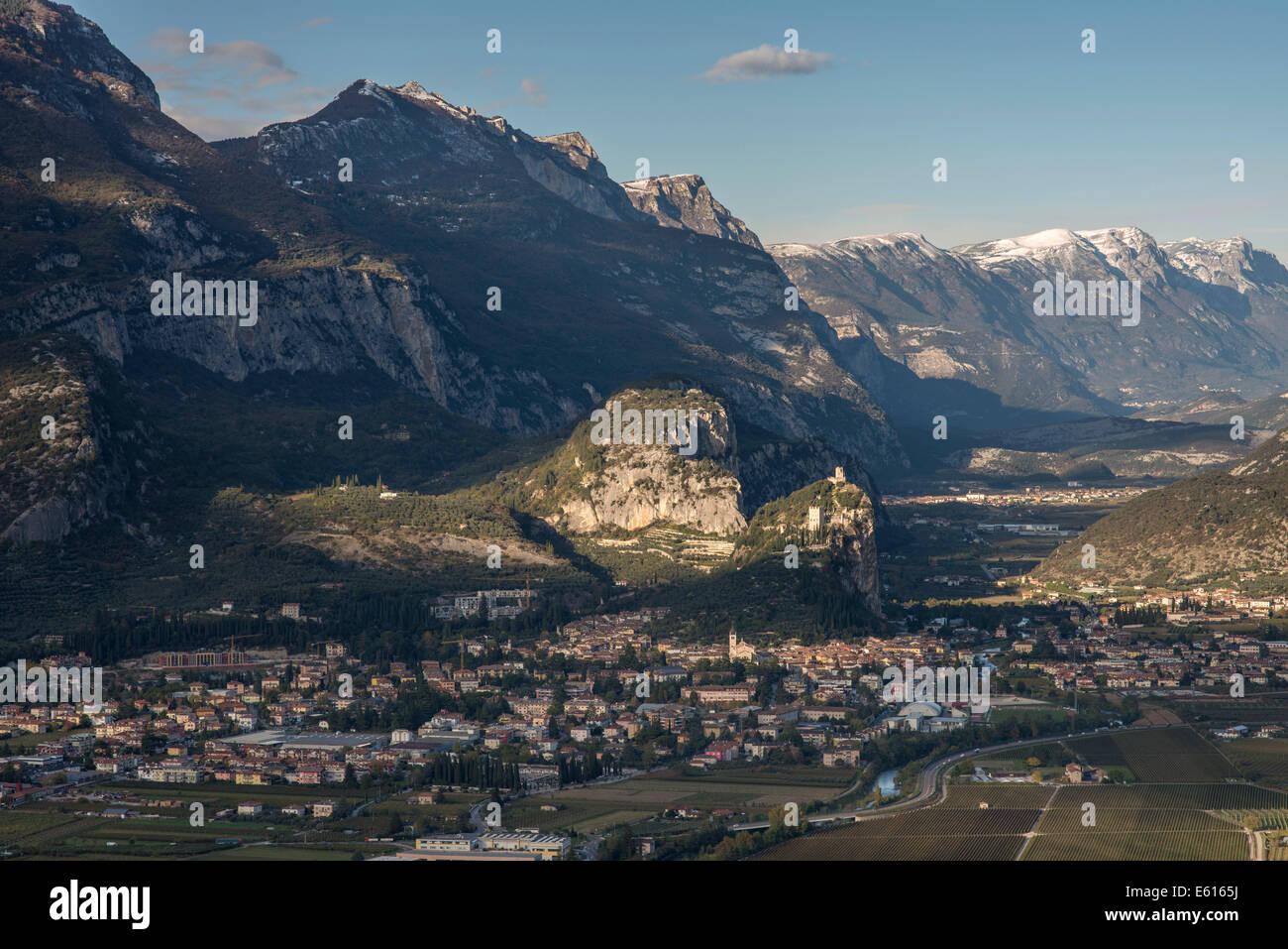 Scogliere con le rovine del Castello di Arco o Castello di Arco sopra Arco, la Valle del Sarca, Trentino-Alto Adige, Immagini Stock
