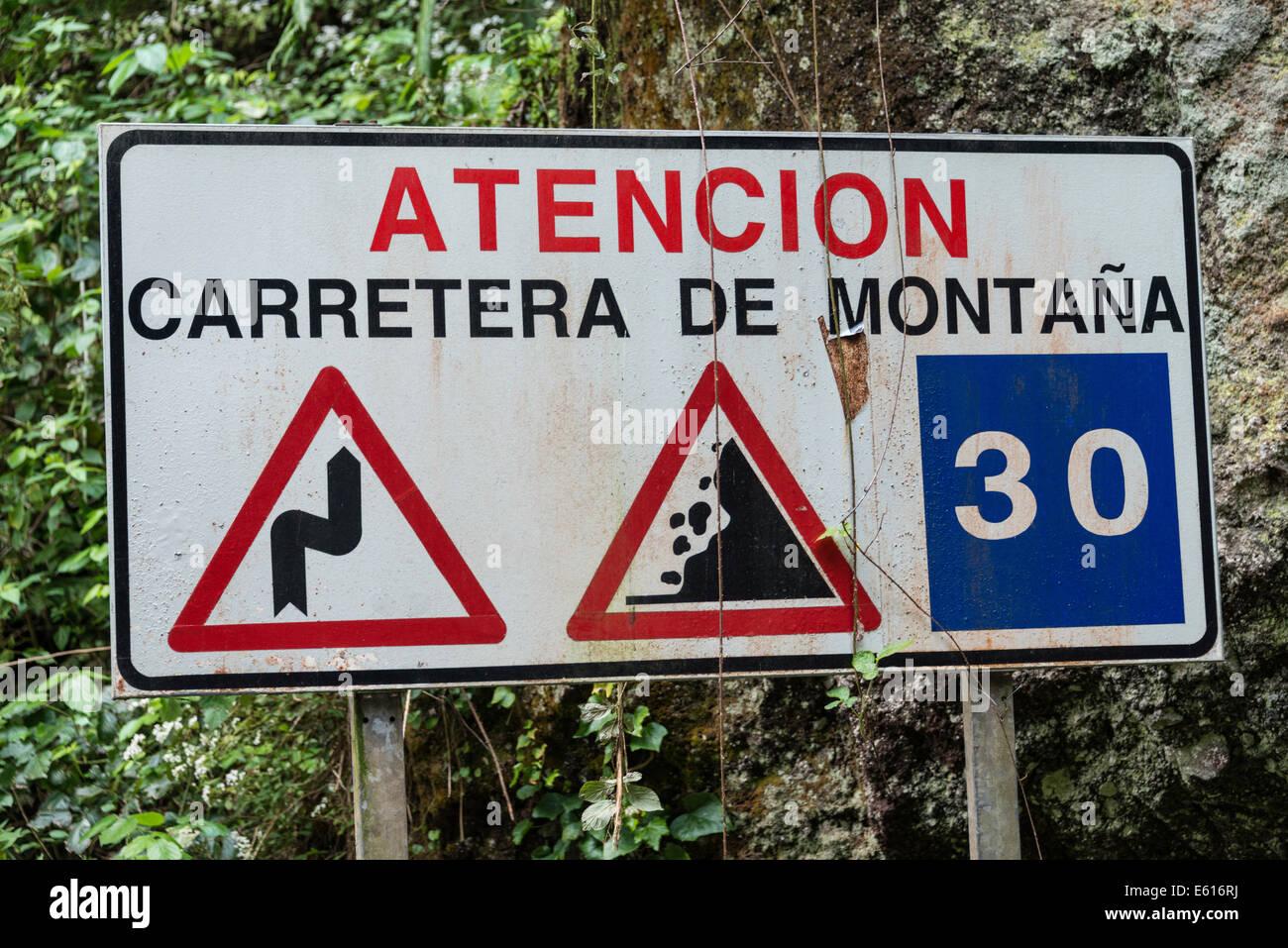Lo spagnolo un cartello di segnalazione di pericoli in montagna, Barranco del Agua canyon, foresta laurel di Los Immagini Stock
