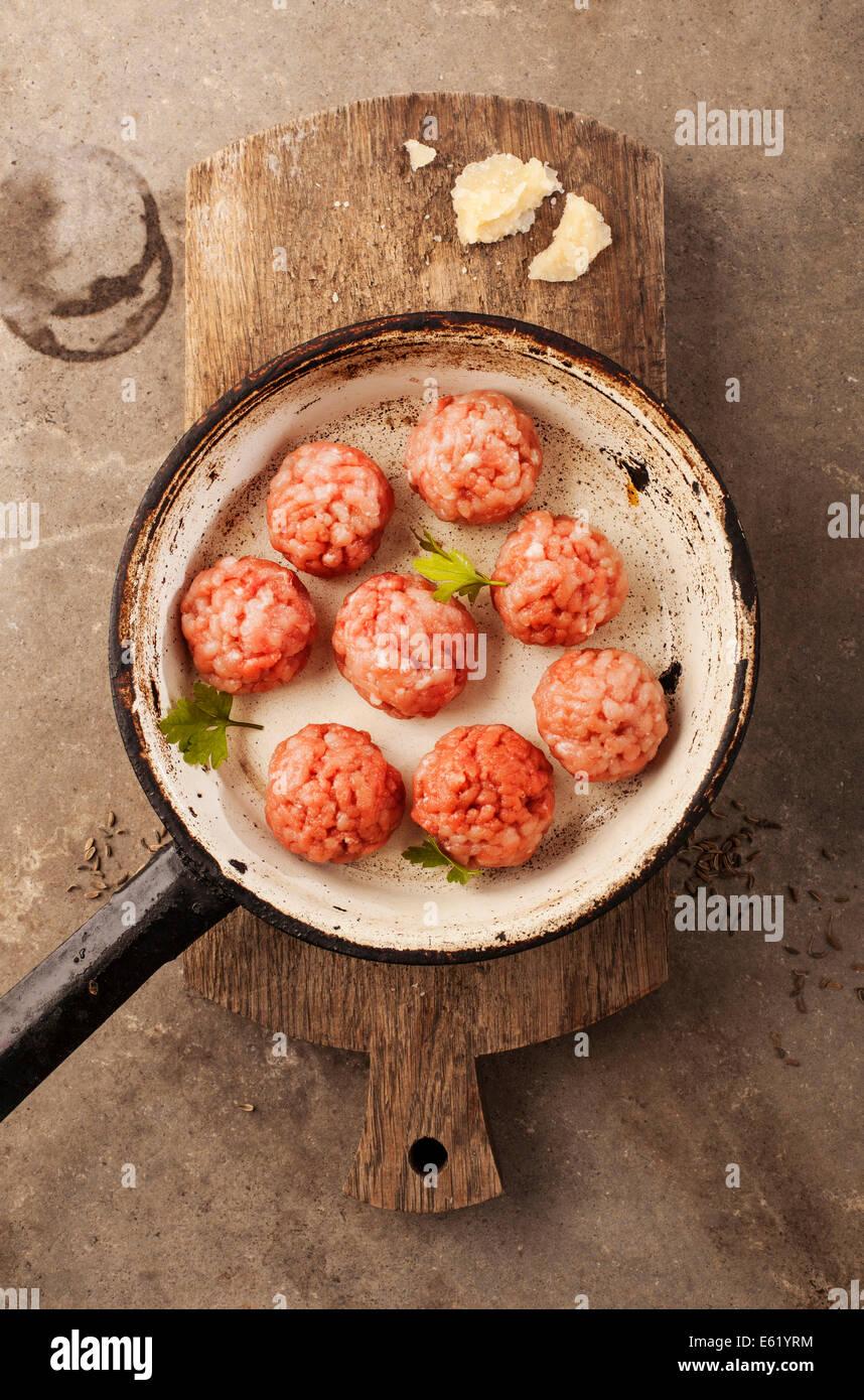 Le polpette di carne cucinare con il trito di prezzemolo, parmigiano, il vino e le uova. Immagini Stock