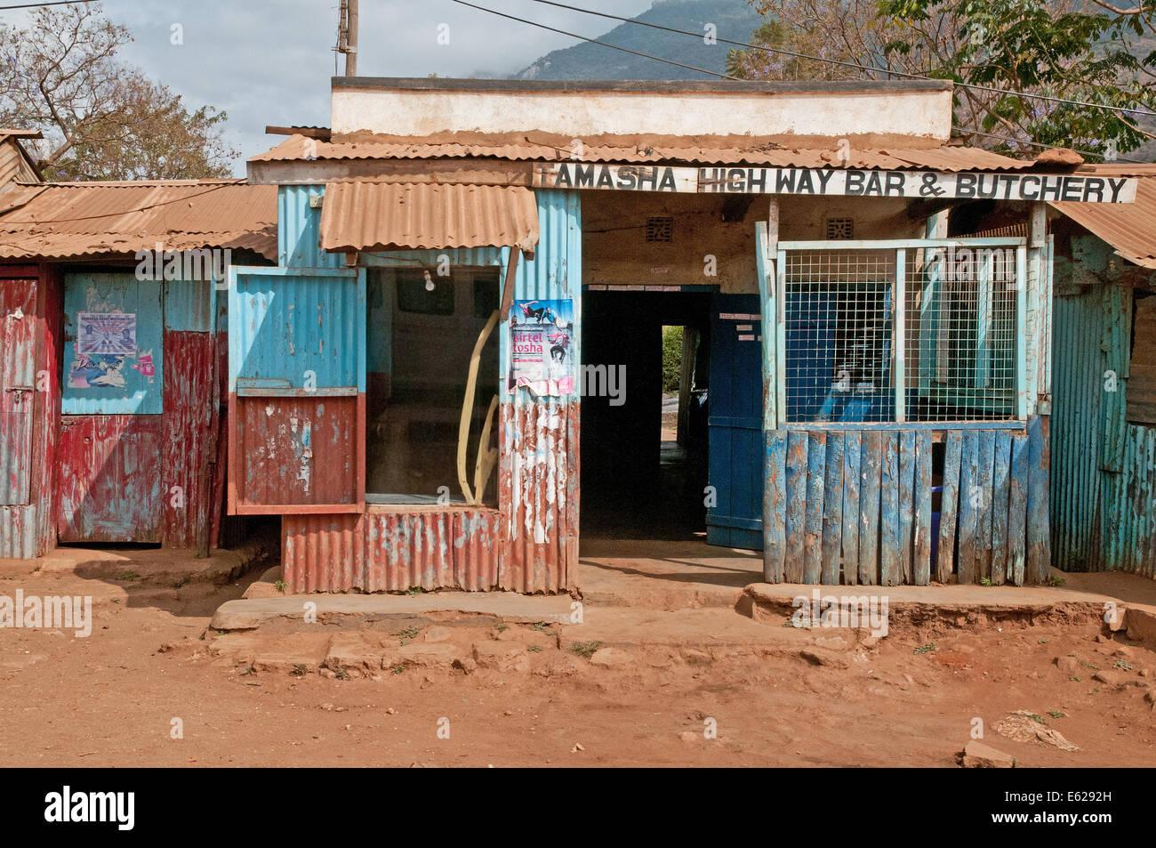 Terzo mondo ferro corrugato shack o negozio su strada o duka norcineria su Namanga Nairobi strada vicino a Namanga Immagini Stock