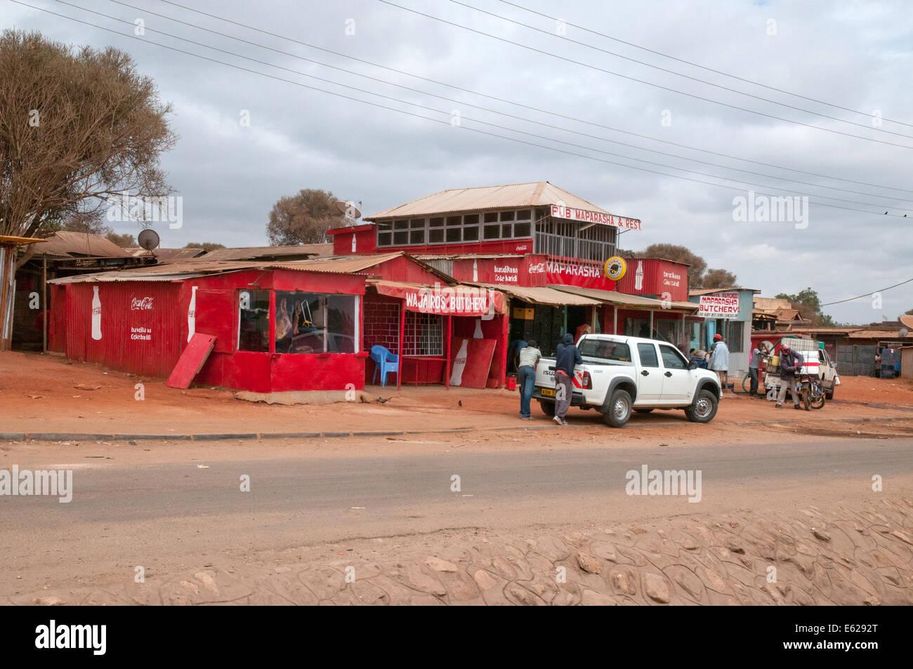 Terzo mondo ferro corrugato baracche di strada e negozi duka norcineria hotel safari.com su Namanga strada Nairobi Immagini Stock