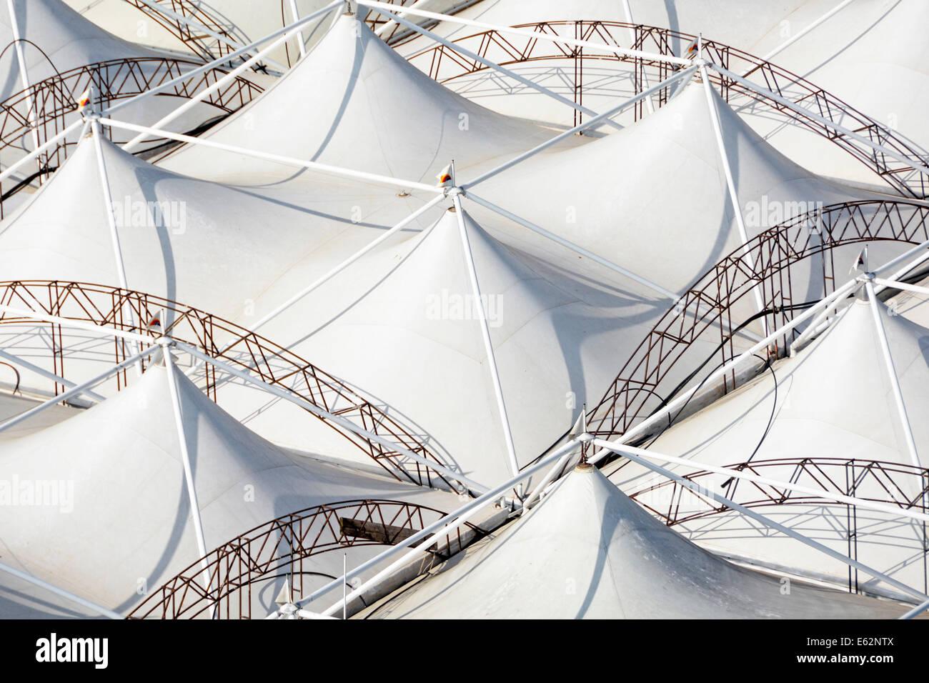 Vista aerea da sopra guardando verso il basso a partire da sopra a modelli astratti dei pannelli del tetto su un Immagini Stock