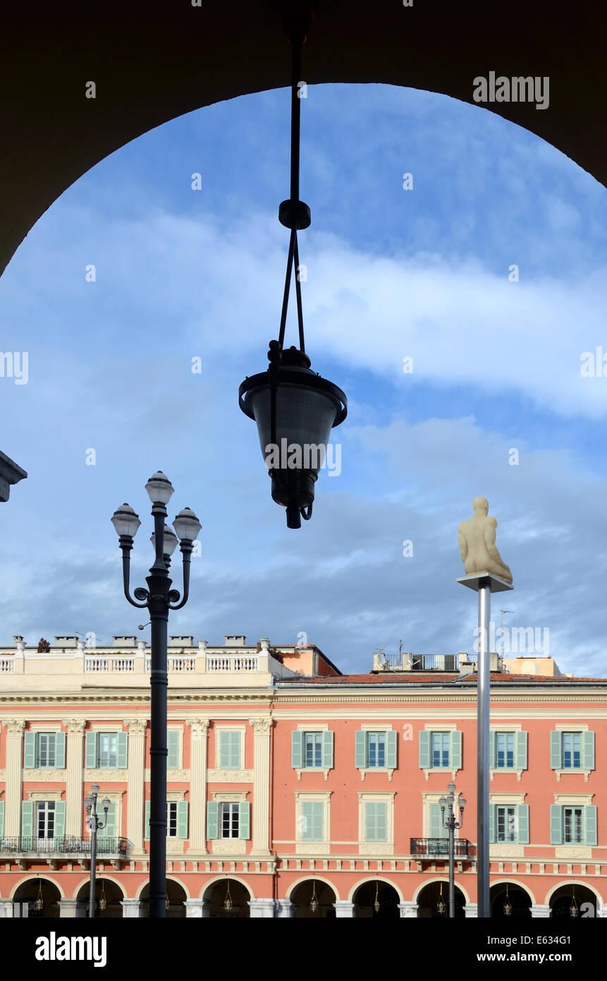 Italianamente storica architettura & arco su Place Massena Massena o piazza della città di Nizza Alpi Marittime Immagini Stock