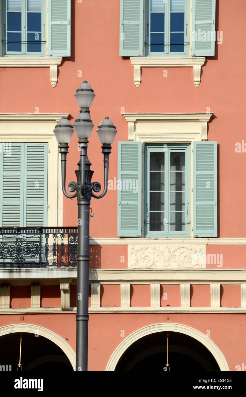 Italianamente facciata di edificio storico, Architettura e Lampione su Place Massena Nizza Alpi Marittime Francia Immagini Stock
